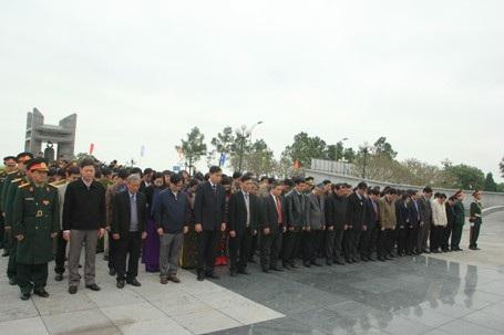 Đông đảo cán bộ, nhân dân đã dành phút mặc niệm tưởng nhớ các anh hùng, liệt sĩ