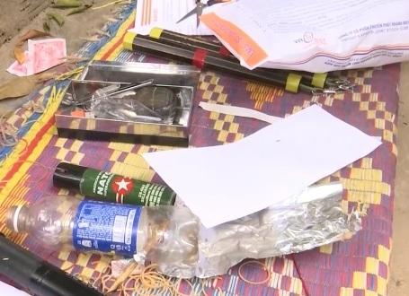 Lực lượng chức năng còn phát hiện một số dụng cụ dùng vào việc sử dụng ma túy và các loại dao, mã tấu, kiếm, nhị khúc