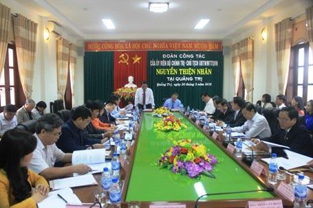 Bí thư Tỉnh ủy Quảng Trị Nguyễn Văn Hùng báo cáo về tình hình phát triển kinh tế, xã hội của tỉnh