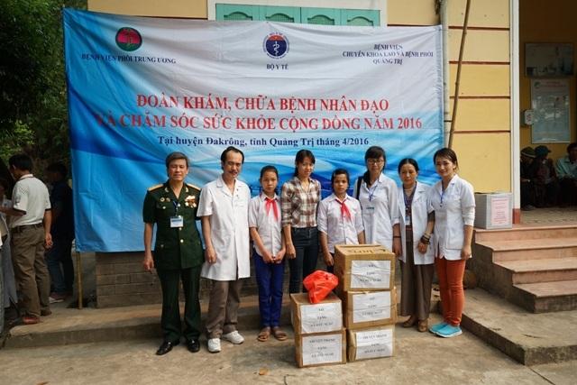 Tặng quà cho các cơ sở y tế, sách vở cho học sinh