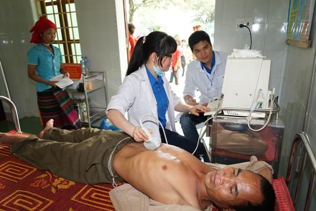Dùng các thiết bị soi chiếu để chẩn đoán bệnh và tư vấn hướng điều trị