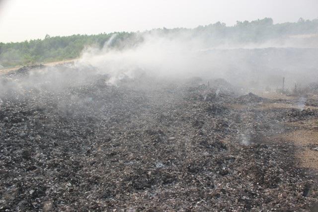 Phần bạt phủ xung quanh đã bị cháy gây nguy cơ gây ô nhiễm môi trường