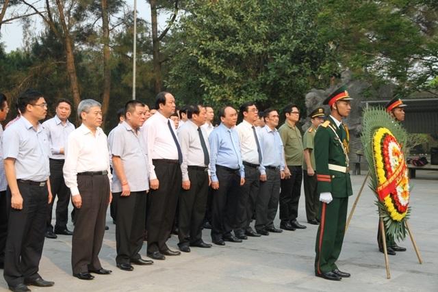 Thủ tướng Chính phủ Nguyễn Xuân Phúc và đoàn công tác đã đến dâng hương, dâng hoa viếng các anh hùng, liệt sĩ tại Nghĩa trang Quốc gia Trường Sơn, Đường 9...