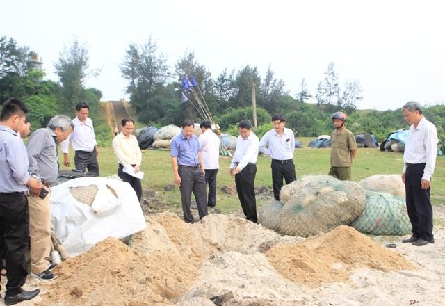 Ông Hà Sỹ Đồng, Phó Chủ tịch UBND tỉnh Quảng Trị, kiểm tra tình hình cá chết hàng loạt