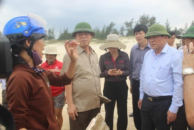 Bí thư tỉnh ủy Nguyễn Văn Hùng chia sẻ sự khó khăn và động viên bà con ngư dân