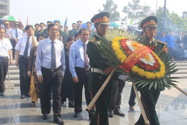 Lãnh đạo tỉnh Quảng Trị dâng hoa viếng các liệt sĩ