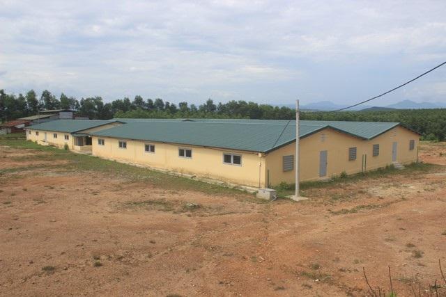 Hệ thống chuồng trại đã hoàn thành giai đoạn 1 với số vốn đầu tư 11 tỷ đồng, nhưng chưa thể đưa vào sử dụng