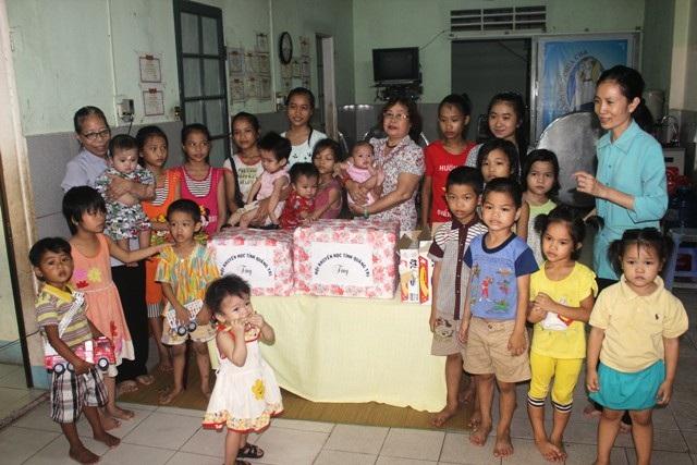 Hội Khuyến học tỉnh Quảng Trị tặng quà cho các em nhỏ, các học sinh nhân Ngày Quốc tế Thiếu nhi.