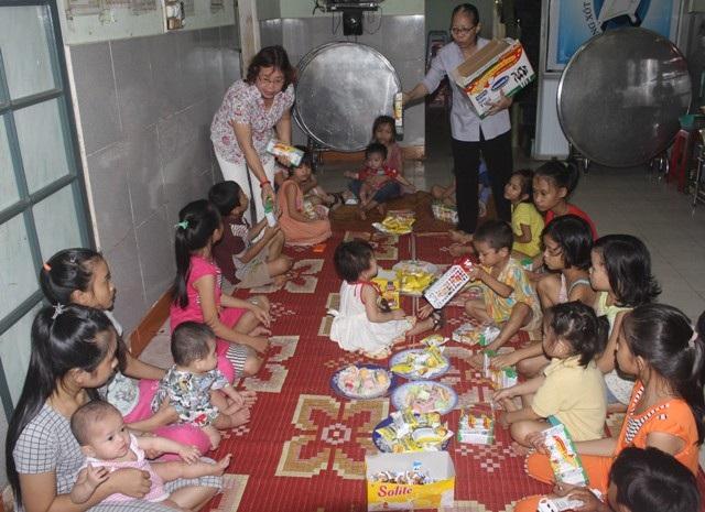 Các em nhỏ, học sinh tại Trung tâm được tặng quà gồm bánh kẹo, sữa hộp...