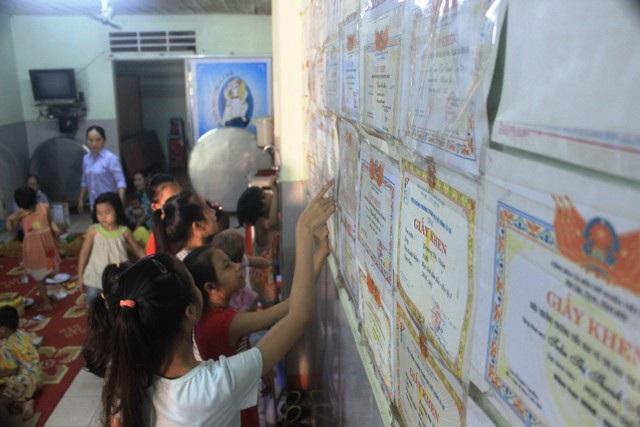 Những tấm giấy khen là phần thưởng cho sự cố gắng không mệt mỏi của các em học sinh tại Trung tâm.