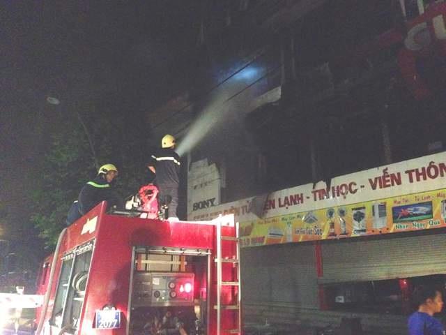 Lực lượng cảnh sát PCCC tham gia dập tắt lửa khi vụ cháy xảy ra