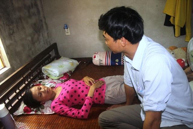 Vừa đi điều trị chạy thận tại bệnh viện trở về, chị Nga bị kiệt sức nên phải nghỉ ngơi