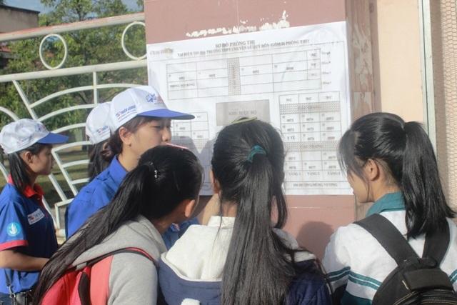 Thí sinh được lực lượng tình nguyện hướng dẫn khu vực thi.
