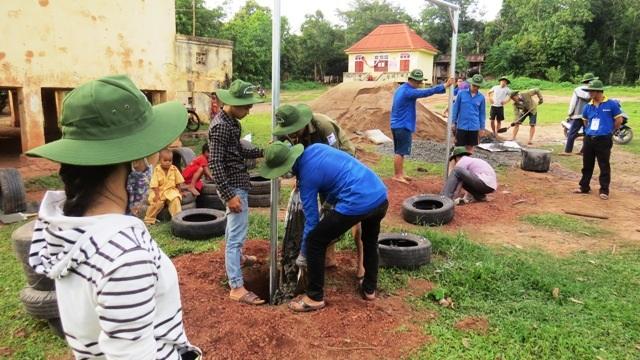 Các đoàn viên thiết kế và thi công sân chơi cho trẻ em miền núi