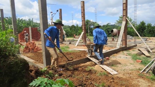 Phối hợp với lực lượng khác xây dựng phòng học cho học sinh tại xã Hướng Lộc, huyện Hướng Hóa