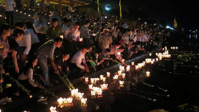 Đông đảo người dân thả hoa đăng tri ân liệt sĩ trên sông Thạch Hãn