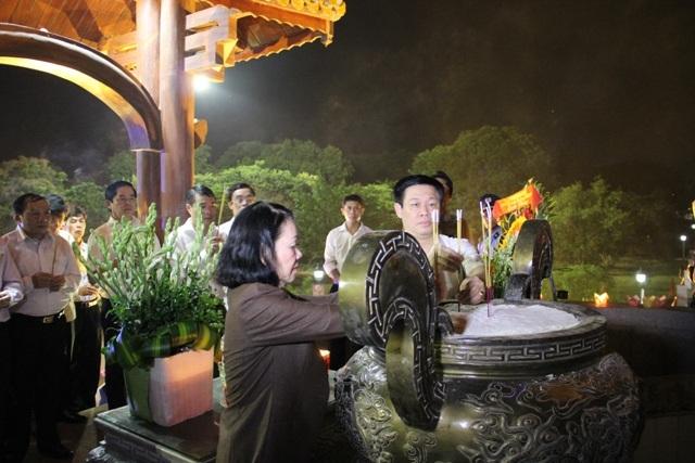 Phó Thủ tướng Vương Đình Huệ và Trưởng ban Dân vận Trung ương Trương Thị Mai dâng hương tri ân các liệt sĩ tại Thành cổ
