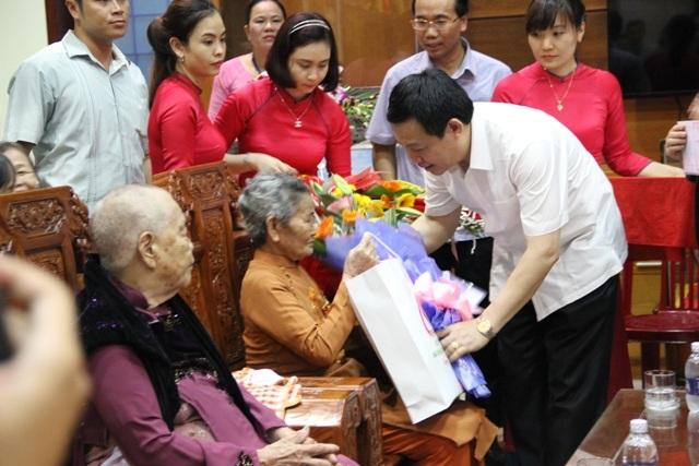 Đoàn công tác thăm hỏi, động viên và tặng quà các Mẹ Việt Nam anh hùng