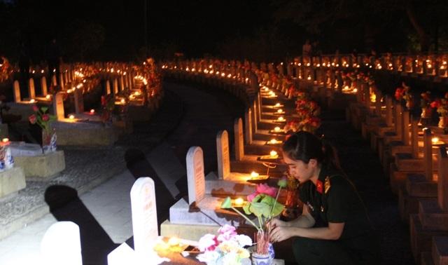 Trung úy Nguyễn Thị Dung dâng hương lên mộ các liệt sĩ Binh đoàn Trường Sơn