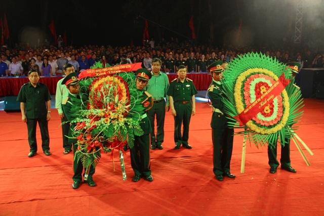 Các tướng lĩnh quân đội và lãnh đạo tỉnh Quảng Trị dâng hoa...