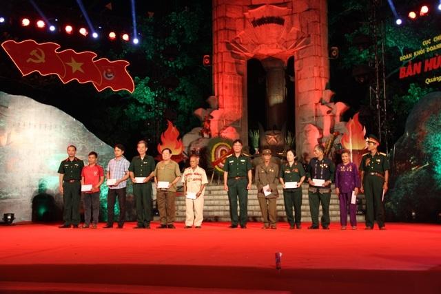 Ban tổ chức tặng quà cho các cựu chiến binh Binh đoàn Trường Sơn
