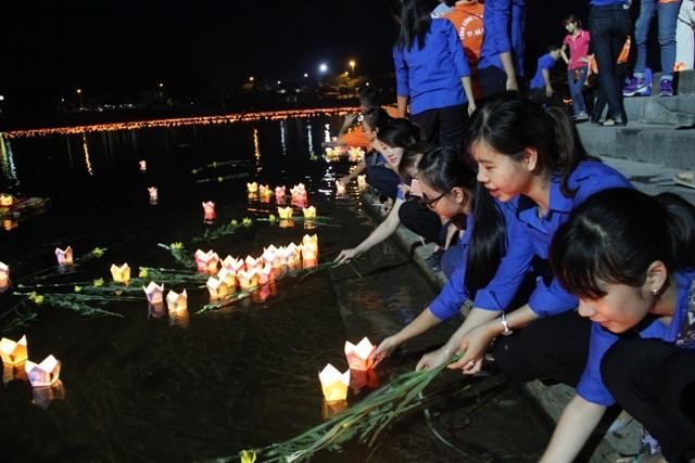 Các đoàn viên, thanh niên thắp nến và thả hoa trên sông Thạch Hãn