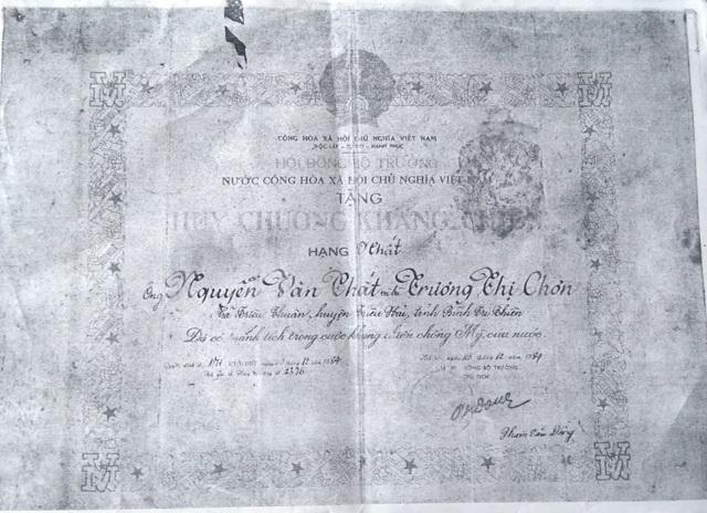 Huy chương kháng chiến mà Đảng, Nhà nước đã trao tặng cho ông Thất, bà Chơn