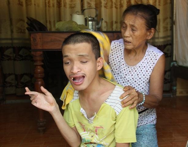 Bà Lê Thị Mít chăm sóc cho đứa con trai bị tàn tật