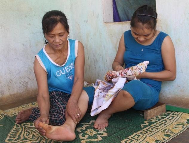 Hàng ngày, việc đi lại của Linh rất khó khăn phải nhờ cha mẹ hỗ trợ