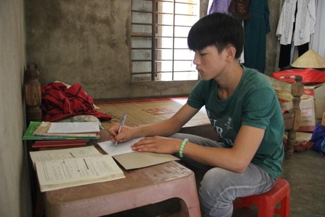 Thìn quyết tâm theo đuổi việc học đến cuối cấp phổ thông và đi học nghề để phụ giúp bà