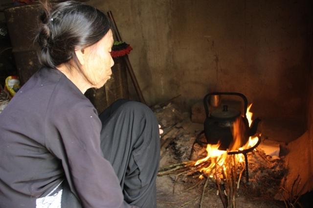Dù tuổi đã cao, sức khỏe yếu nhưng bà Duyệt vẫn gắng gượng để nuôi đứa cháu ngoại mồ côi