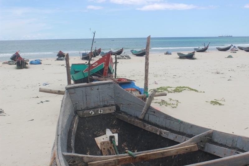 Hiện tượng cá chết do việc Formosa xả thải khiến hàng ngàn tàu thuyền đánh bắt gần bờ tạm ngưng hoạt động