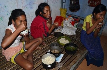 Bữa cơm đạm bạc chỉ toàn muối trắng, rau dại của học sinh bán trú dân nuôi ở xã Hướng Lập, huyện Hướng Hóa, tỉnh Quảng Trị.