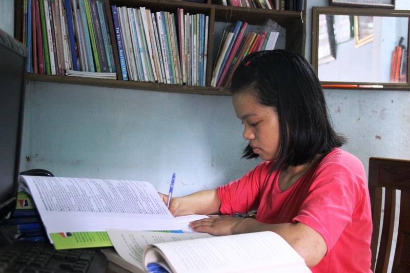 Phương Thảo tranh thủ chuẩn bị kiến thức môn Tiếng Anh trước thời điểm nhập học .
