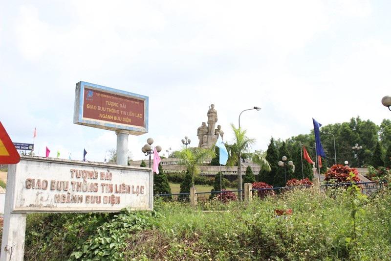 Tượng đài giao bưu thông tin liên lạc được xây dựng ngay trên tuyến hàng rào điện tử Macnamara