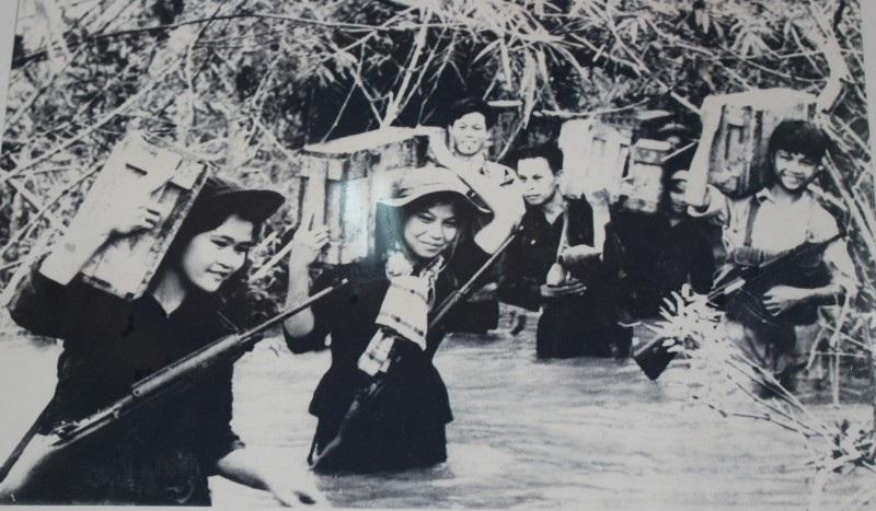 Thanh niên xung phong Quảng Trị vận tải đạn trên tuyến hành lang giao bưu phục vụ chiến dịch Tết Mậu Thân 1968
