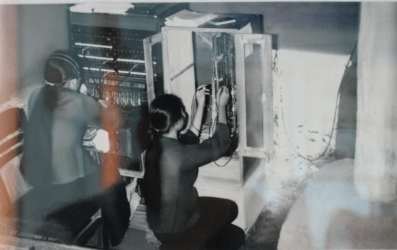 Tổng đài điện thoại 100 số đặt tại Hồ Xá được bố trí dưới hầm ngầm ngày đêm vẫn đảm bảo thông tin