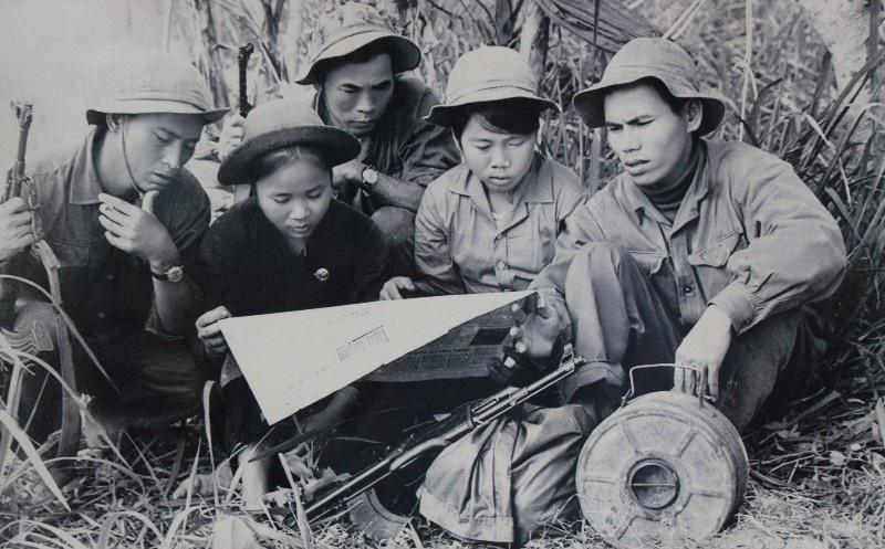Giao bưu Cam Lộ đưa báo về cho du kích xã.
