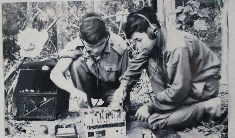 Báo vụ viên sửa chữa máy thu để khắc phục khó khăn trên chiến trường