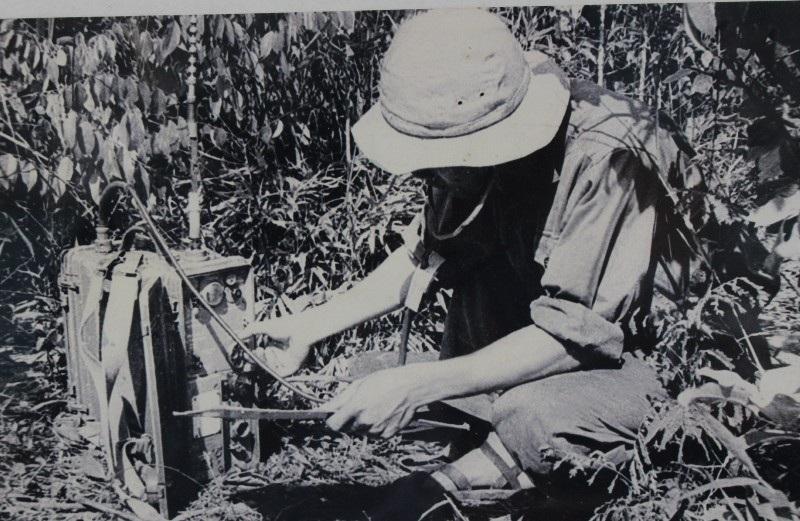 Chiến sĩ thông tin ở mặt trận Khe Sanh đảm bảo thông tin liên lạc