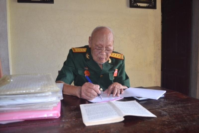 Dù bước qua tuổi 90 nhưng ông Hiền vẫn rất minh mẫn, vẫn nghiên cứu tài liệu, sách báo thường xuyên