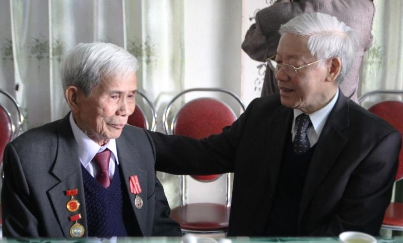Tổng Bí thư Nguyễn Phú Trọng gặp các cán bộ lão thành cách mạng, trong đó có ông Hoàng Kim Phùng trong chuyến vào làm việc tại tỉnh Quảng Trị