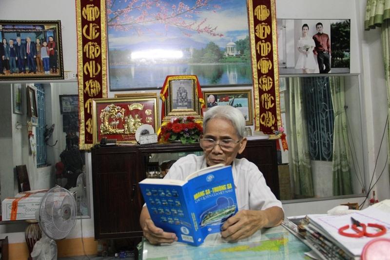 Mặc dù nghỉ hưu nhưng ông Phùng vẫn dõi theo sự phát triển, thay đổi của quê hương