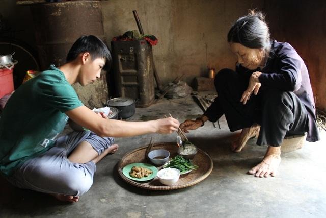 Dù tuổi cao nhưng bà Duyệt vẫn cố gắng lao động để nuôi nâng và cho cháu đi học
