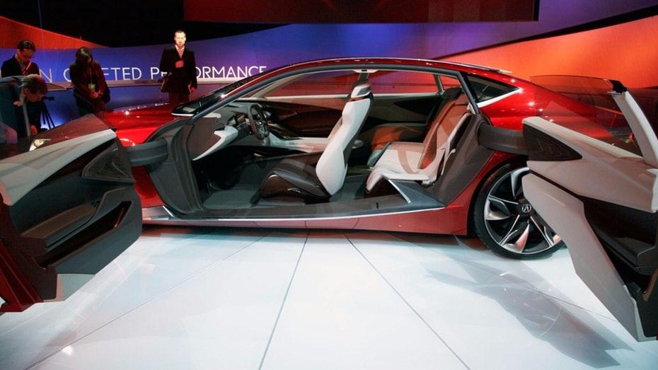 Thiết kế của mở về 2 phía của Acura Precision giúp tạo sự gắn kết, liền mạch giữa 2 khoang và sự đồng bộ của nội thất trong xe.
