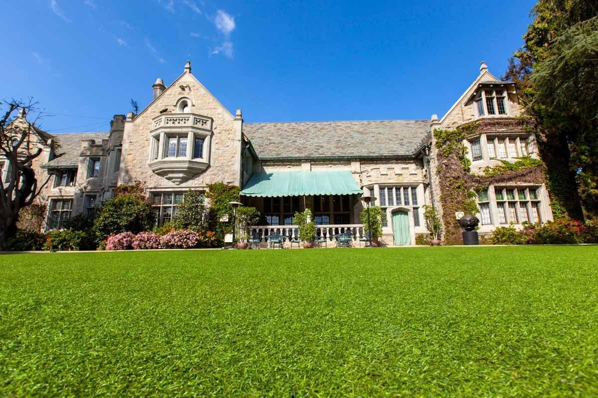 Trước đây, Hugh Hefner chưa từng có ý định muốn bán căn biệt thự của mình, và ông đã muốn sống hết phần đời của mình tại Playboy Mansion.