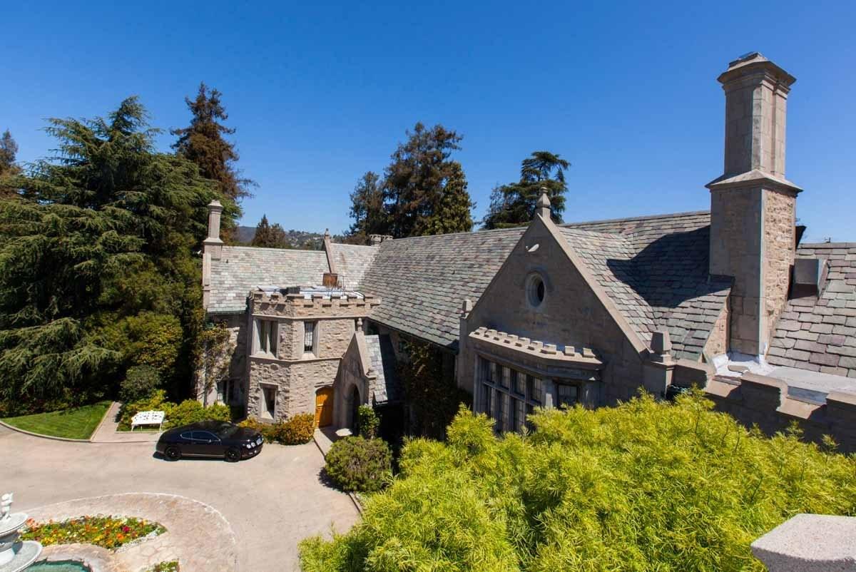 Bên cạnh nhu cầu làm nơi ở, Playboy Mansion cũng thường xuyên tổ chức các sự kiện ăn chơi lớn nhỏ của bạn bè và nhân viên tạp chí Playboy.