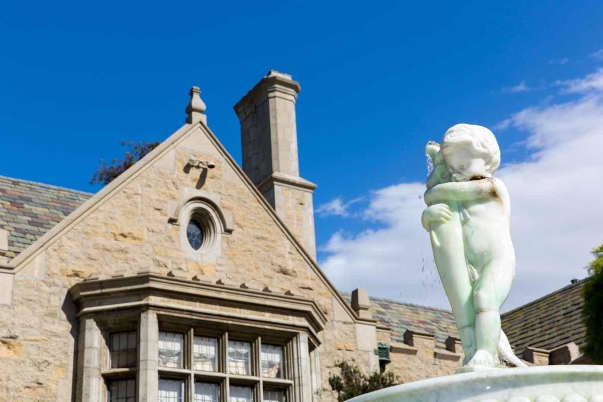 Biệt thự Playboy Mansion được thiết kế theo kiểu dáng Gothic Tudor từ những năm 1927, và được Hugh Hefner gìn giữ trong suốt nửa thế kỷ qua