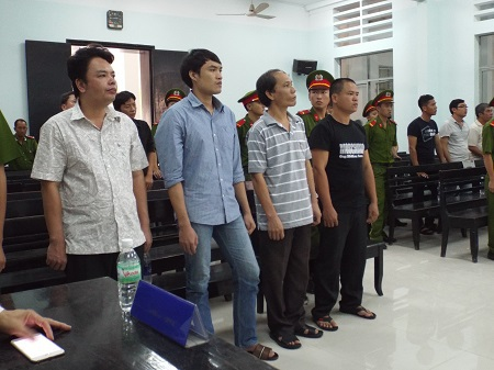 Các bị cáo tại tòa (bị cáo Hà thứ 2 tính từ bìa phải ảnh)