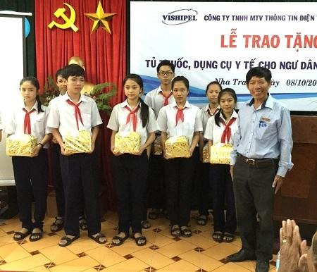 Dịp này, Đài TTDH Nha Trang đã trao tặng 30 suất học bổng cho học sinh là con em ngư dân